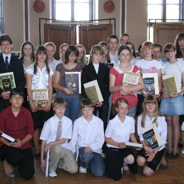 Nagrodzeni uczniowie z nagrodami od burmistrza  Mariusza Kędzierskiego