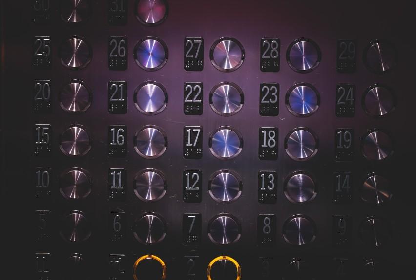 Przyciski w windzie, klamki, poręcze...