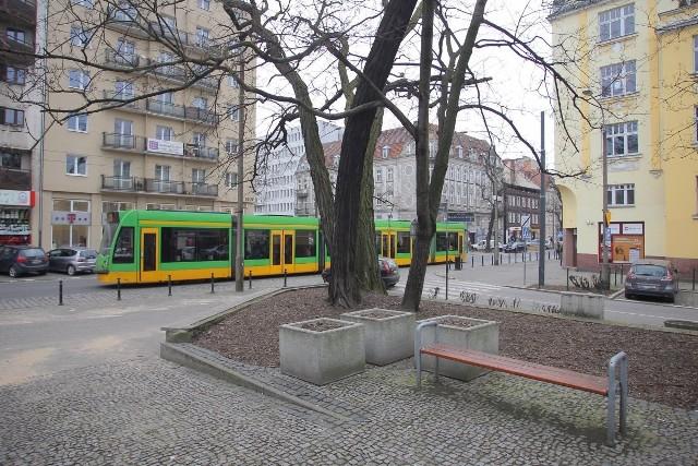 Dziś skwer u zbiegu ulic Kochanowskiego i Dąbrowskiego nie ma żadnego patrona