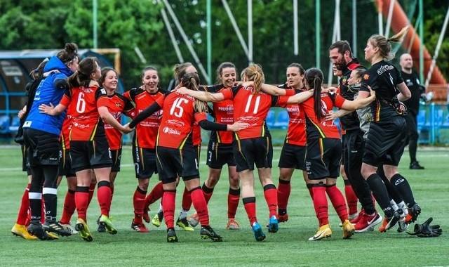 Piłkarki Rolnika (czerwono-czarne stroje) doczekały się wygranej w przedostatniej kolejce sezonu 2020/21.