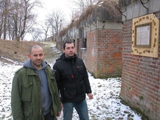 Tomasz Szpakowski (nz. z lewej) i Grzegorz Malik odrestaurowali bunkier Linii Mołotowa w Przemyślu. Teraz zabierają się za fort III Łuczyce.