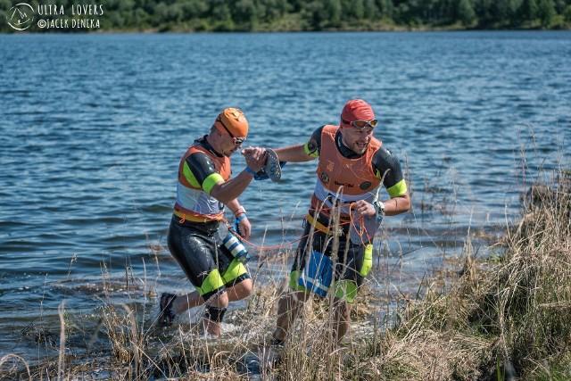 Swimrun łączy bieg przełajowy z pływaniem na wodach otwartych. Na zdjęciu Artur Jarmołowicz i Jędrek Maćkowski .