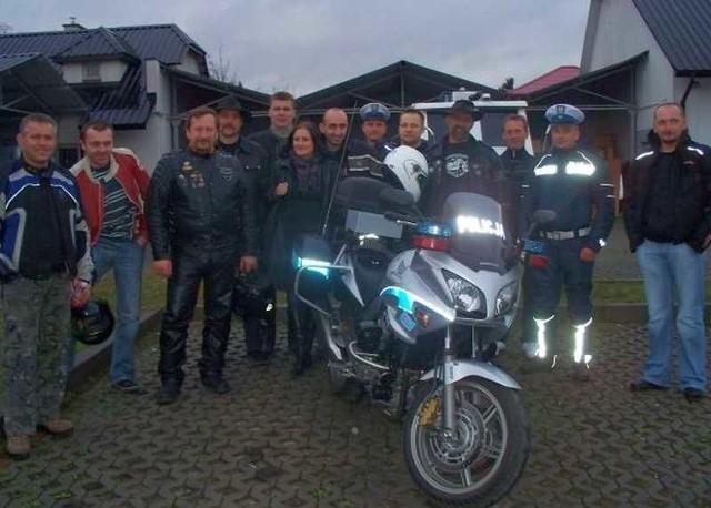 Przed uczestnikami spotkania stoi nowy policyjny motocykl.