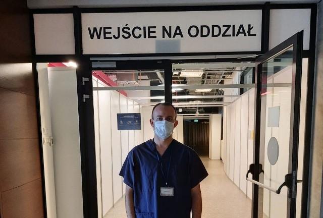 Radosław Kałwa, ratownik medyczny i funkcjonariusz Państwowej Straży Pożarnej we Włoszczowie pomaga w szpitalu w Warszawie. Misja potrwa do końca maja.
