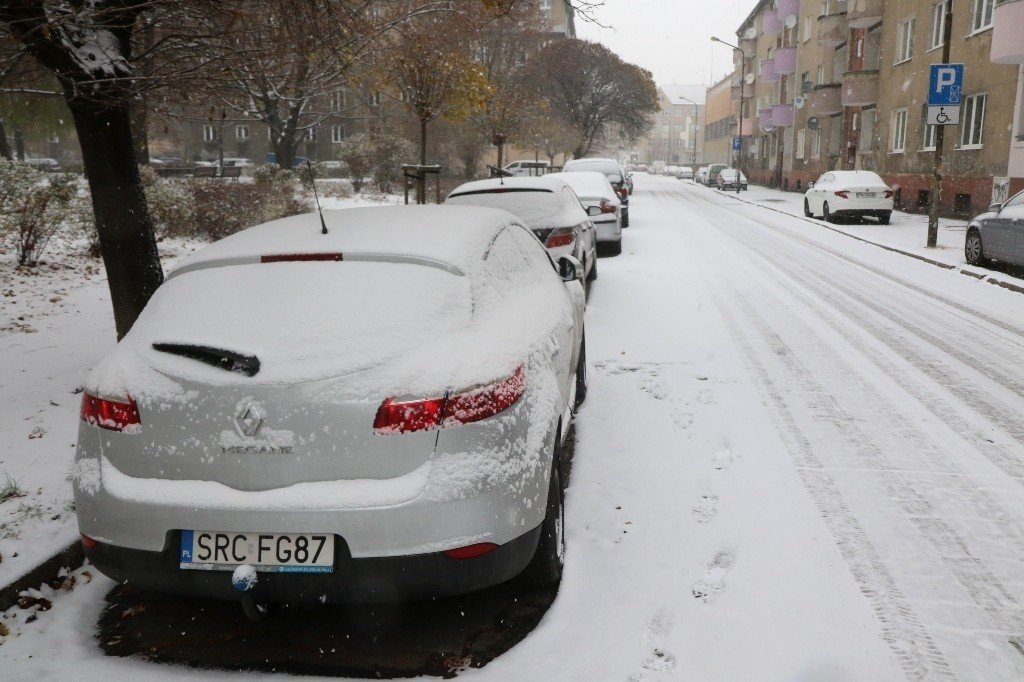 Sypnęło śniegiem we Wrocławiu. Szklanka na ulicach. Jak długo popada? | Gazeta Wrocławska
