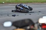 Groźny wypadek motocyklisty w Gostyni. Droga jest zablokowana. Samochód staranował motocykl