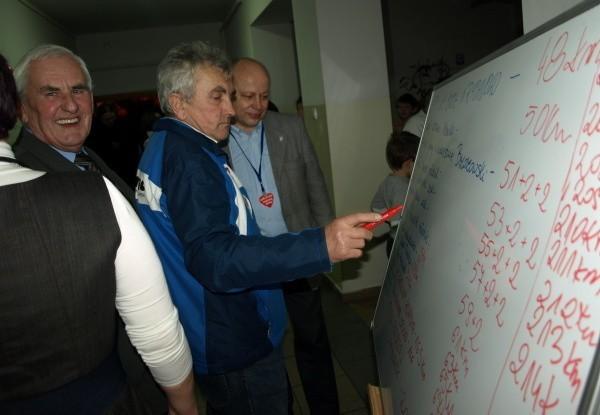 Marin Krych zapisywal na tablicy nazwiska tych, którzy przejechali rekordową liczbe kilometrów