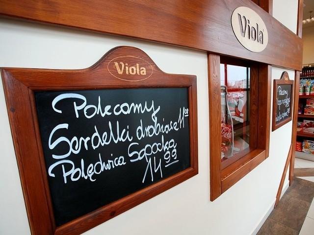 """Sprzedawczynie z przyzakładowego sklepu """"Violi"""" w Lnianie mówią, że nie brakuje im klientów, bo wędliny są smaczne"""