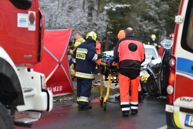W piątek po południu doszło do tragicznego wypadku pod Lesznem. Czołowo zderzyły się tam volkswagen i skoda. Drugim z aut jechała mama z trójką synów. Niespełna roczny syn kobiety zginął, dwóch starszych jest rannych, ona także. Zatrzymano kierowcę volkswagena golfa, który zderzył się ze skodą. Miał zakaz prowadzenia aut.