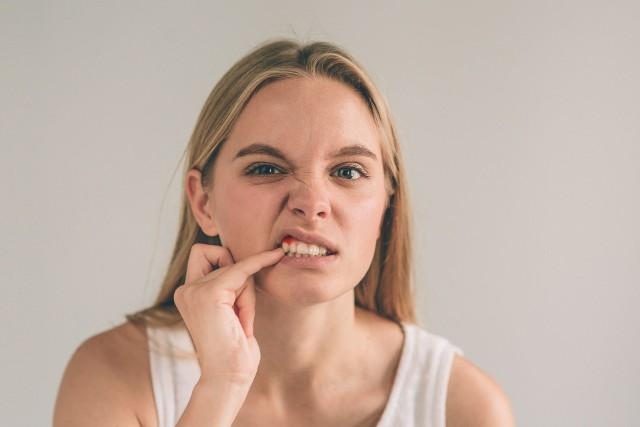 Bolesne i opuchnięte dziąsło bywa objawem poważniejszej choroby, jeśli więc problem nie ustępuje lub nawraca, wymaga konsultacji stomatologicznej