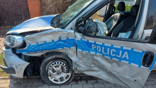 Wypadek radiowozu na Wiejskiej w Białymstoku. Policyjny fiat zderzył się z oplem