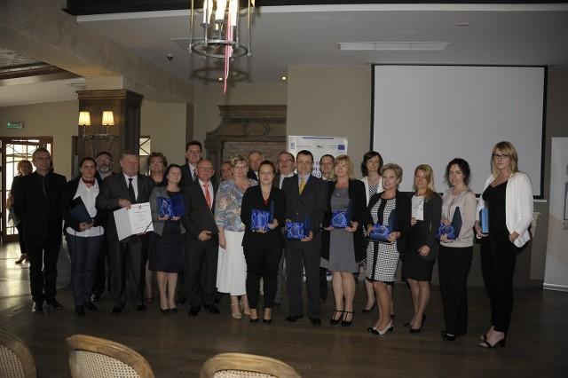 Laureaci Superfirm 2014 wraz z  członkami kapituły rankingu i redaktorem naczelnym GW