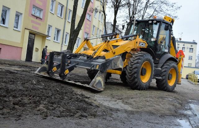 Usuwanie zimowej awarii wodociągu w pobliżu bloku przy ul. Mieszka I w Inowrocławiu