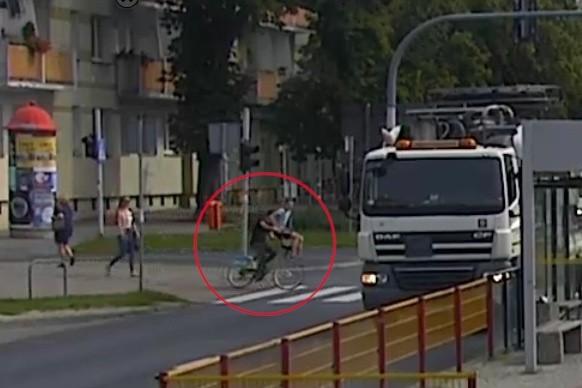 Kadr z monitoringu, który dokumentuje tragiczny wypadek z 22 sierpnia 2019 roku w Toruniu.