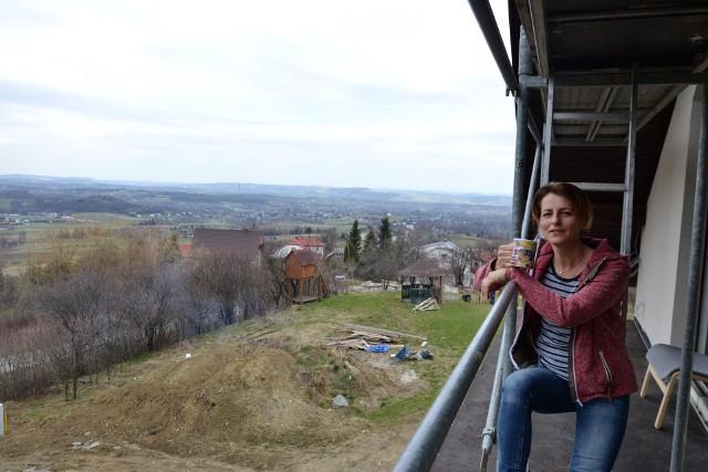Dorota Liszka buduje dom w Dominikowicach, pod szczytem Łysuli. Urzekł ją tam wspaniały widok, ma też bliskość do miasta
