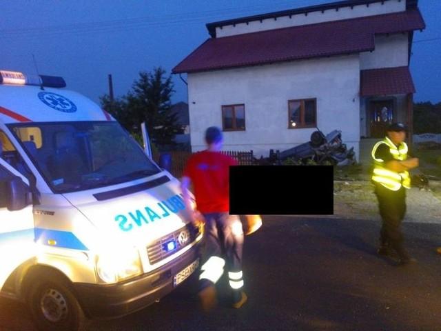 Samochód uderzył w ogrodzenie posesji i dachował przed ścianą domu, w którym mieszkał jeden z jadących nim chłopców.