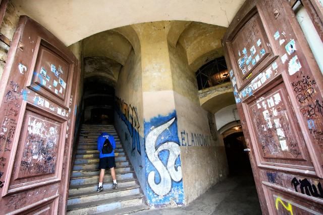 Fort św. Jakuba przy ulicy gen. Sowińskiego od lat niszczeje. Wciąż jest zamieszkiwany. Długo był miejscem handlu narkotykami