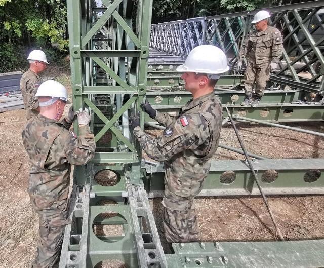 Żołnierze 3 Niżańskiego Batalionu Inżynieryjnego przystąpili do budowy  mostu na Głogoczówce
