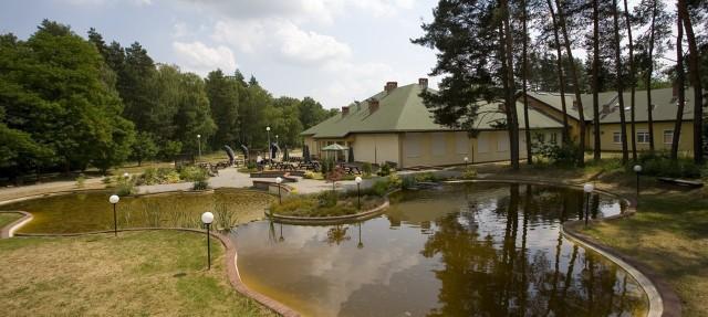DPS w Lisówkach posiada świetne zaplecze rehabilitacyjne i rekreacyjne. Pensjonariusze mieszkają w jedno- i dwuosobowych pokojach,. Nie ma tu barier architektonicznych, a wokół budynki jest duży teren zielony