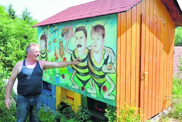 Jan Borzęcki ściany domku pokrył malowidłami. - Jesteśmy wesołą rodziną, stąd trochę żartobliwie prezentujemy się jako pszczoły. To moja żona, obok ja, a na końcu nasz syn Arek - wskazuje pszczelarz