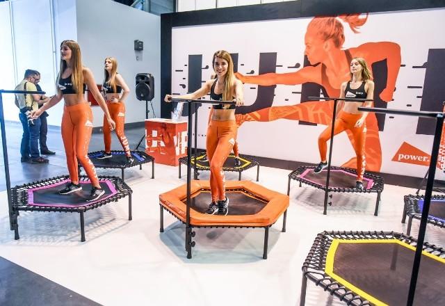 Na MTP w Poznaniu rozpoczęły się targi Fit Expo 2017. To impreza przeznaczona dla osób, które chcą zadbać o swoje zdrowie i kondycję. Wystawcy prezentują profesjonalny sprzęt i akcesoria. Zaplanowano także pokazowe treningi, porady specjalistów, trampolinowy maraton i podniebny show na rurze. Atrakcje czekać będą na zwiedzających w godz. 10-17 (w niedzielę do godz. 16).Przejdź do kolejnego zdjęcia ------> Wspólne ćwiczenia na Fit Expo 2016: