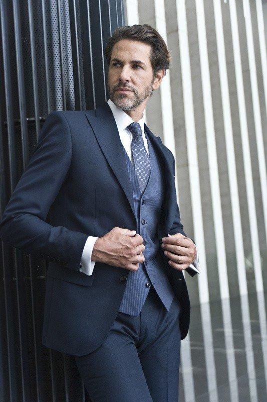 5f342ea11f787 Trendy w modzie męskiej w 2017 roku: Granatowy garnitur najpopularniejszym  wyborem na ślub