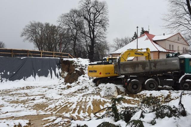 W Sygneczowie ruszyła budowa szkolnej hali sportowej. Inwestycję wartą prawie 3,4 mln zł sfinansuje gmina Wieliczka. Nowy obiekt ma być gotowy w listopadzie 2021 roku