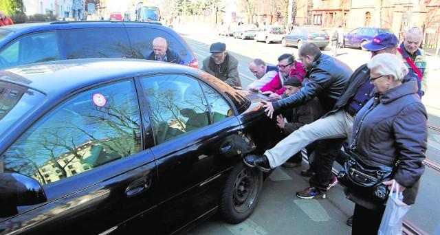 """Jeśli źle zaparkowałeś swoje auto, bądź gotów na to, że na szybie lub na karoserii możesz znaleźć karną naklejkę. W skrajnych przypadkach zdenerwowani ludzie mogą """"przestawić"""" Twój samochód"""