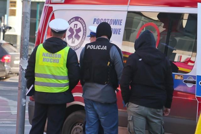 Radiowóz jechał z ul. Trzebnickiej. Tu zamaskowani policjanci zatrzymali volkswagena golfa i wyciągnęli z niego dwóch mężczyzn. Po drodze do gmachu komendy wojewódzkiej zderzyli się z tramwajem.