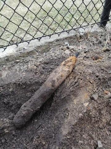 W Jaworznie znaleziono niewybuch. Pirotechnicy przeprowadzili oględziny, które wykazały, że to fragment ogrodzenia. Zobacz kolejne zdjęcia. Przesuń zdjęcia w prawo - wciśnij strzałkę lub przycisk NASTĘPNE