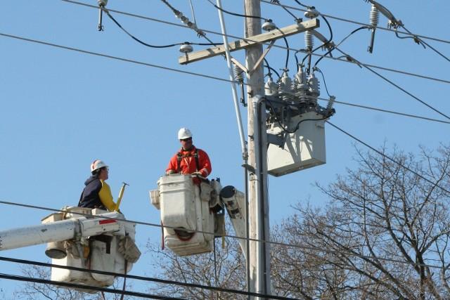 Wyłączenia prądu na Śląsku od 18 sierpnia 2020. Wyłączenia prądu na Śląsku i w woj. śląskim planowane są w wielu miejscowościach. Na liście Katowice, Częstochowa, gminy Podbeskidzia, gdzie dzisiaj i w ciągu najbliższych pięciu dni zaplanowano sporo robót naprawczych na liniach. A to wiąże się z czasowym brakiem energii elektrycznej. Więc lepiej być przygotowanym na taką ewentualność.Zobaczcie na liście, gdzie nie będzie prądu. Mamy pełną listę miast i powiatów wraz z datami i godzinami oraz ulicami. KLIKNIJ W KOLEJNE ZDJĘCIE/PRZESUŃ KURSOR W PRAWO