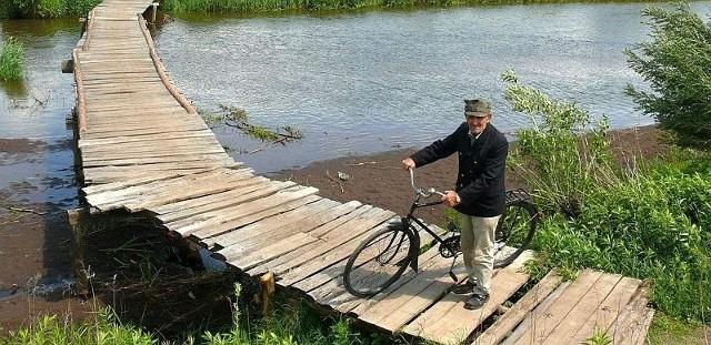 Nielegalna kładka na Łęgu jest od lat obiektem sporu za przyczyną Władysława Skrzypacza, który chce przechodzić przez rzekę tylko w tym miejscu.