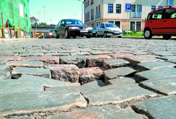 Dziś zapadnięcia w jezdni ulicy Panieńskiej nie są jeszcze duże. Jeśli nie zlikwiduje się przyczyn ich powstawania, pojawiać się będą non stop.
