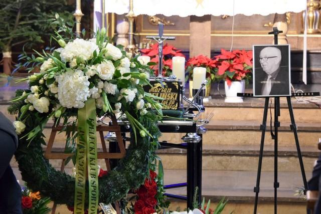 We wtorek w Kościele Garnizonowym w Kielcach odprawiona została msza żałobna w intencji Mariana Trelińskiego, byłego pięściarza, medalisty mistrzostw Polski, sędziego związkowego, działacza i wielkiego pasjonata sportu. Zmarł w Kielcach w wieku 80 lat. Mszę odprawił ksiądz Mariusz Rozin. Dalsze uroczystości pogrzebowe odbyły się na Cmentarzu Nowym w Kielcach.  Oprócz rodziny w pogrzebie uczestniczyli znani ludzie sportu - był Grzegorz Nowaczek, prezes Polskiego Związku Bokserskiego, Maciej Demel, wiceprezes ds. finansów i organizacji, Łukasz Dybiec - wiceprezes związku do spraw marketingu, Andrzej Filipek - prezes Śląskiego Związku Bokserskiego, Marek Cieślak z Lubelskiego Związku Bokserskiego, Andrzej Stawski - utytułowany pięściarz, olimpijczyk, były znany bokser Sławomir Zapart, Jan Gierada - były prezes Świętokrzyskiego Związku Bokserskiego, Janusz Domagała ze Skalnika Wiśniówka oraz Andrzej Tłuczyński, Grzegorz Kędzierski, Marek Kędzior, Włodzimierz Stobiecki, Artur Gołuch. -Często spotykaliśmy się w hali na Żytniej, lubiliśmy razem żartować. Jak dowiedziałem się, że Marianek jest w ciężkim stanie w szpitalu to byłem załamany, a jak w piątek rano dostałem telefon, że nie żyje, to było mi bardzo przykro. To wielka strata dla świętokrzyskiego boksu. Pewien okres się kończy - mówił ze łzami w oczach Andrzej Tłuczyński, były znany piłkarz ręczny. Marian Treliński urodził się 15 września 1940 roku w Kielcach, to były pięściarz, zawodnik Błękitnych Kielce (1958-1973), medalista mistrzostw Polski. Wychowanek sekcji pięściarskiej Błękitnych Kielce, wicemistrz i brązowy medalista mistrzostw Polski (1967 Łódź, 1968 Poznań) w wadze 48 kilogramów. Srebrny medalista spartakiad gwardyjskich (1968 Erewań, 1969 Berlin). Czynny zawodnik Błękitnych do 1973 roku. Sędzia związkowy Polskiego Związku Bokserskiego I i II ligi od 1980 roku.Odznaczony między innymi srebrną odznaką Zasłużony Działacz Kultury Fizycznej, złotym medalem za zasługi w sporcie, złotą odznaką Polskiego Związku