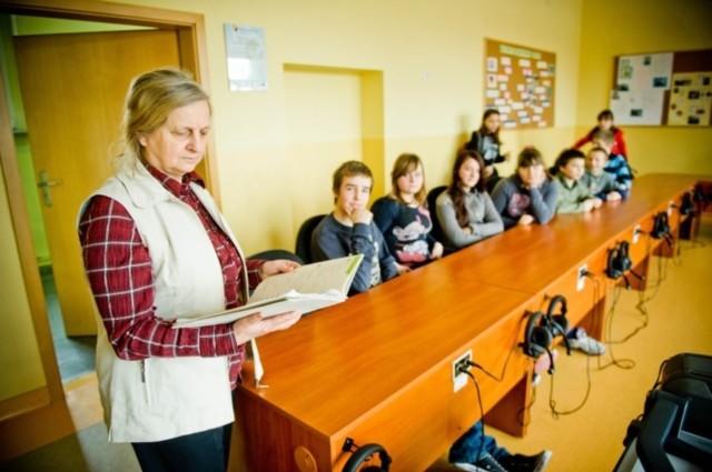 Pracownicy i uczniowie ze szkoły podstawowej nr 14 w Kędzierzynie-Koźlu boją się, że ich placówka zostanie zamknięta. Na pierwszym planie nauczycielka Róża Dąbrowa.