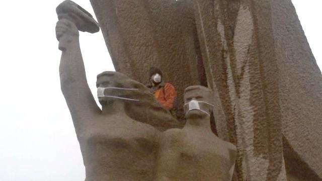 Zagłębiowski Alarm Smogowy zorganizował happening. Maseczki ochronne pojawiły się na twarzach postaci z pomników.