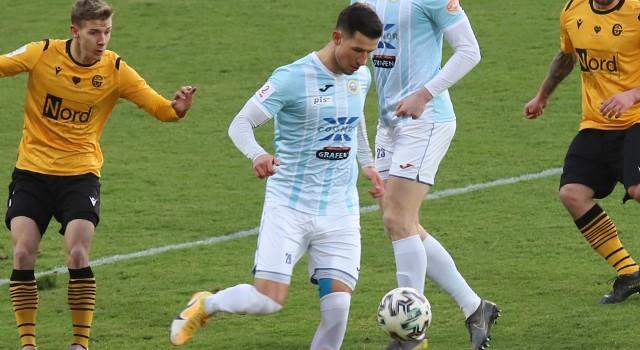 Michał Kitliński podczas debiutu w Hutniku w meczu z GKS Katowice. Liderowi II ligi strzelił bramkę na 1:0, a Hutnik wygrał to spotkanie