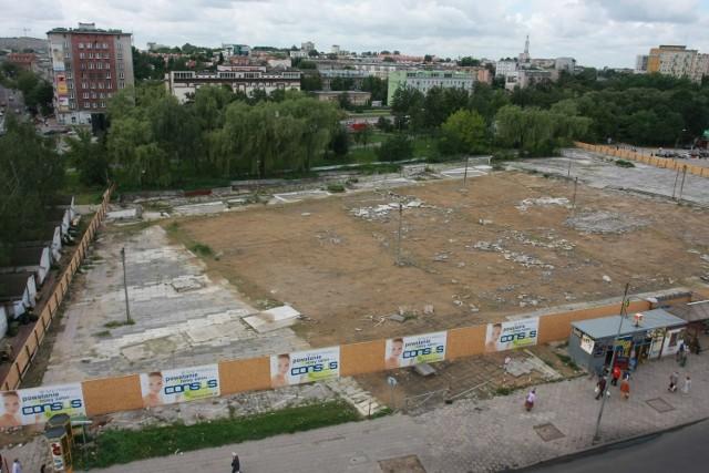Decyzja o likwidacji bazaru w centrum Białegostoku wywołała wiele kontrowersji. Plac Inwalidów długo stał pusty, ale dziś stoi w tym miejscu duża galeria. Sięgamy po zdjęcia z naszego archiwum by każdy Czytelnik mógł ocenić jak zmieniło się centrum miasta.