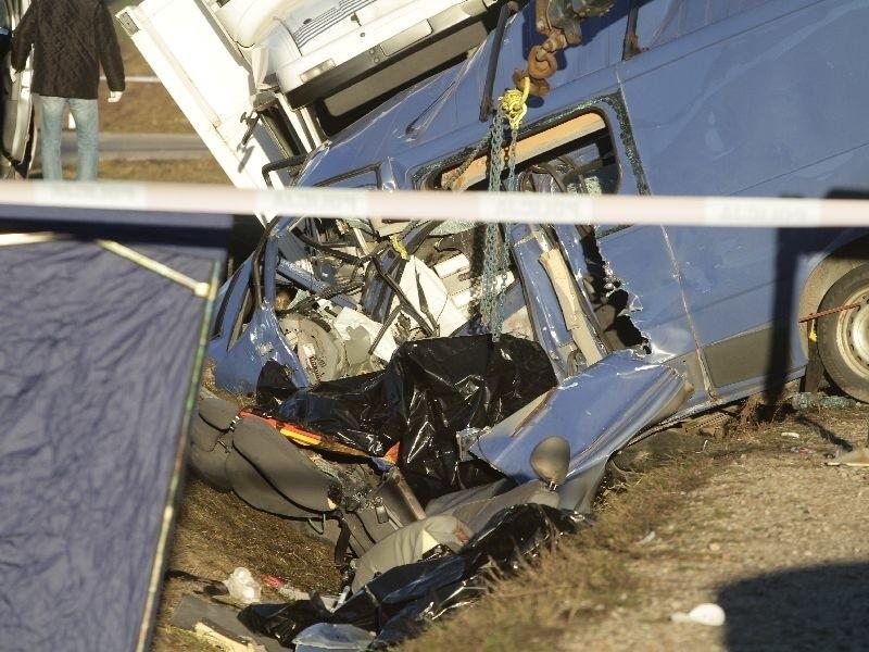 Opel vivaro zatrzymał się w poprzek drogi. Wtedy uderzyła w niego ciężarówka.