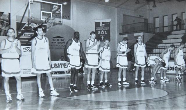 Lata 90. ub. wieku, to był złoty okres koszykarskiej Noteci Inowrocław. Drużyna mierzyła się z najlepszymi ekipami w Polsce. Na jej meczach hale sportowe pękały w szwach od liczby kibiców