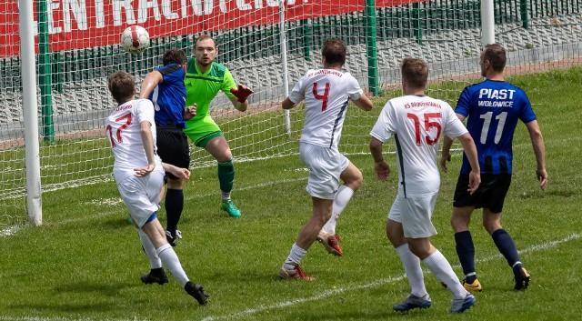 Bronowianka (białe stroje) wygrała z Piastem Wołowice