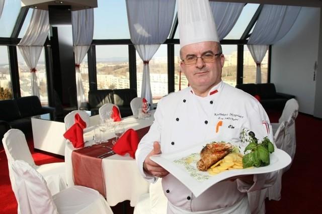Kazimierz Skrzyniarz, szef kuchni restauracji Patio prezentuje schab zawijany z borowikami. W widocznym na zdjęciu Sky-Bar na 12 piętrze hotelu Kongresowego w Kielcach zjedzą kolację zwycięzcy niedzielnego konkursu.