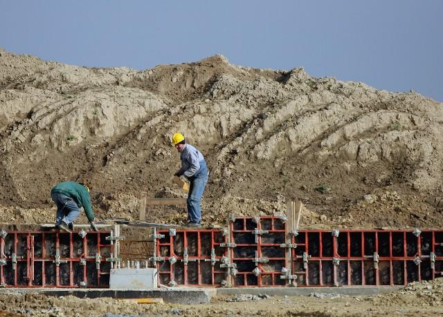 budowa mieszkańCoraz chętniej wybieramy mieszkania na wstępnym etapie budowy.
