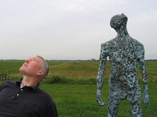 Artysta i jego rzeźba na polderze w okolicach Hollandsche.