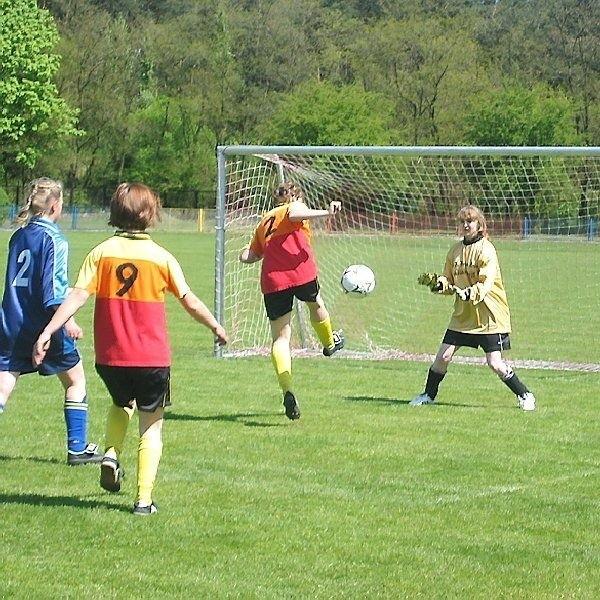 Już w jednym z pierwszych meczów  można było podziwiać futbol w żeńskim  wydaniu. Mecz dziewcząt z radziejowskiego  SOSW i drużyny Kaczory Chełmno  widowiskowością nie ustępował  rozgrywkom chłopców.