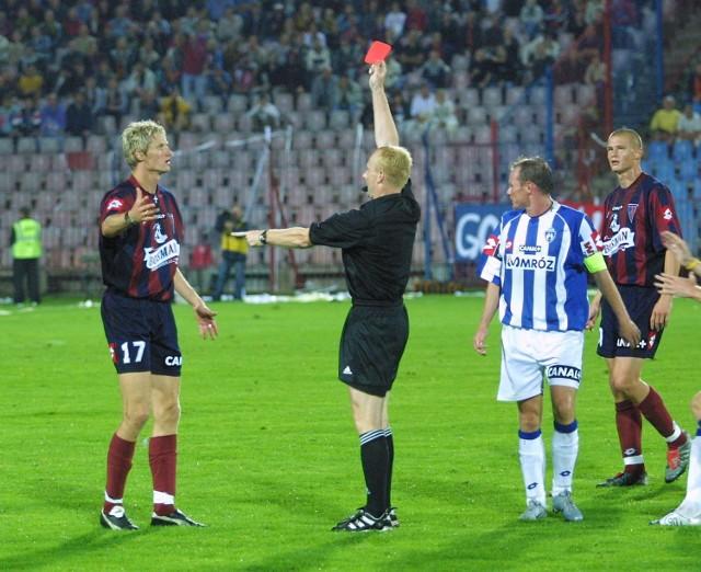 Paweł Magdoń otrzymuje w 41 minucie czerwoną kartkę. Osłabieni portowcy wygrali mimo to 3:1.