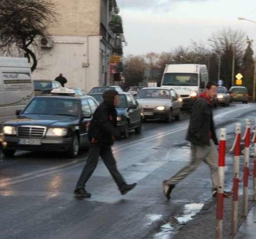W tym miejscu nie ma już przejścia dla pieszych. Jak widać wielu to mało interesuje. Idą, bo tak im wygodniej.