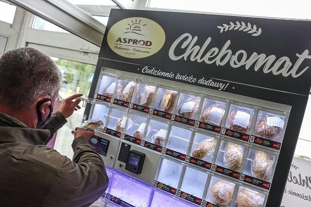 Cztery takie chlebomaty stanęły w Szczecinie. To automaty do samoobsługowych zakupów pieczywa. Zobacz kolejne zdjęcia. Przesuwaj zdjęcia w prawo - naciśnij strzałkę lub przycisk NASTĘPNE