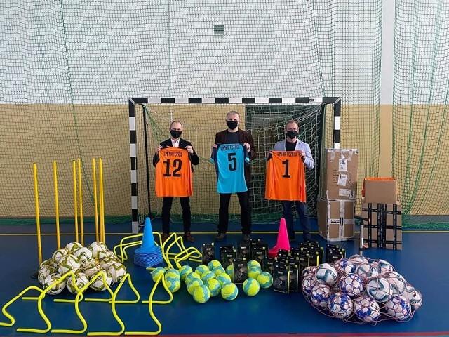 Zespół Szkół w Tczowie wzbogacił się o nowy sprzęt sportowy. Uczniowie mają teraz między innymi nowe, profesjonalne stroje, piłki i wyposażenie do treningu.