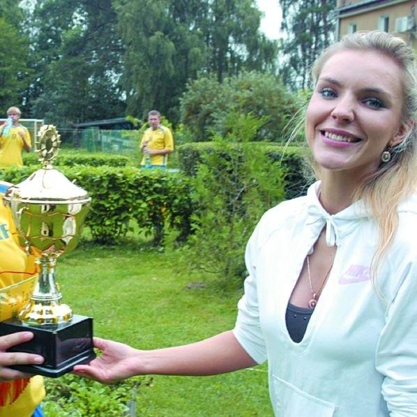 Jeden z pucharów pojechał do Rygi. Z radością wręczyła trofeum Izabela, córka Piotra Draheima.